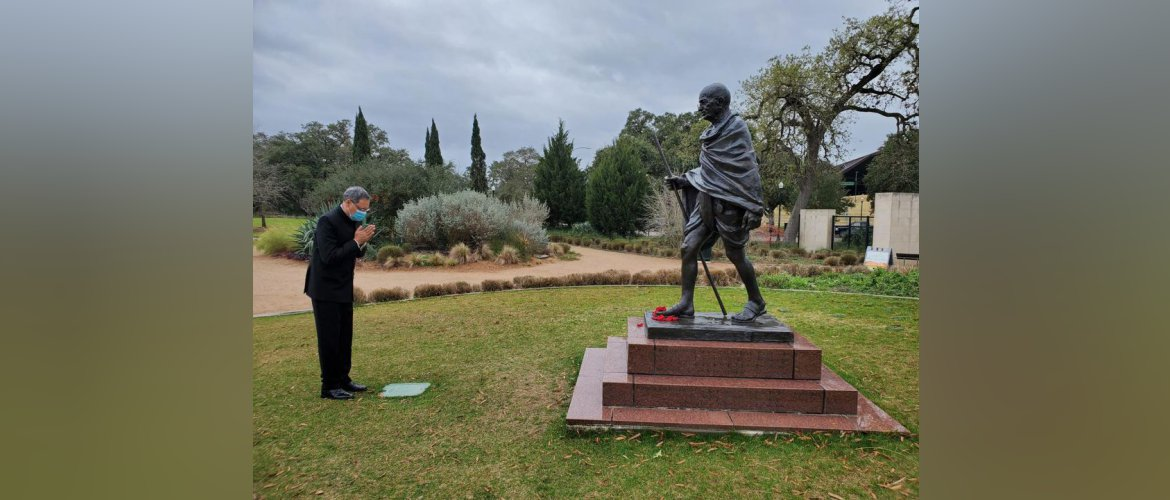 On Martyrs' Day Consul General along with members of Eternal Gandhi Museum, Houston paid floral tributes to Mahatma Gandhi at Hermann Park, Houston on 30 January 2021